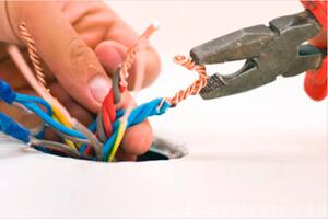 Электрик делает скрутку