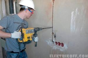 Мастер штробит стены